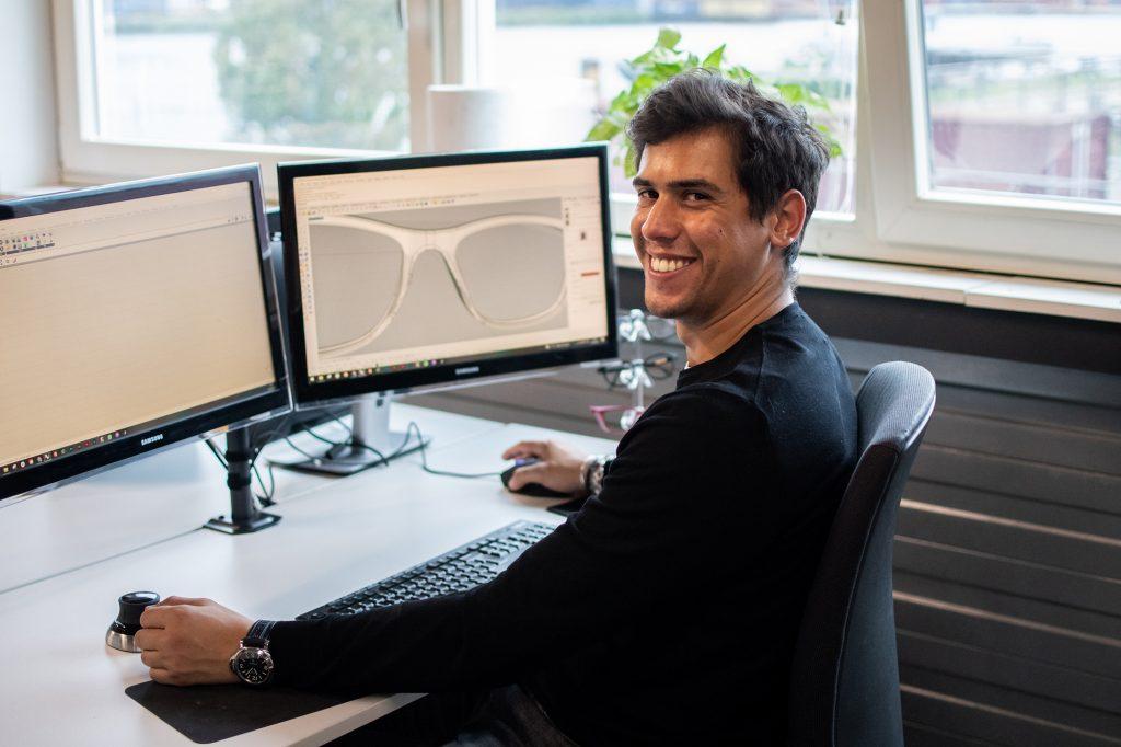 Manfredi ontwerpt bril op maat via computer