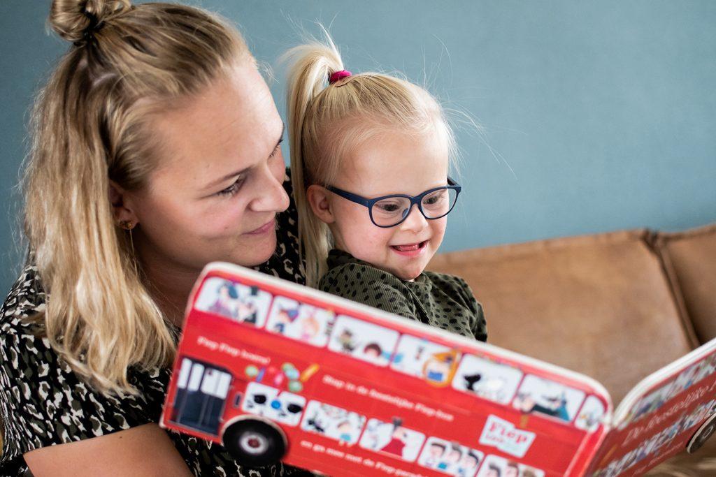 Moeder van Fiep leest een boek voor aan Fiep